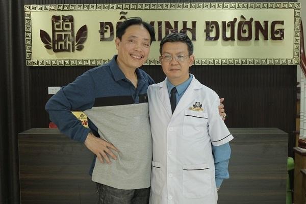 NSƯT Minh Tuấn chụp ảnh kỷ niệm cùng GĐ nhà thuốc Đỗ Minh Đường