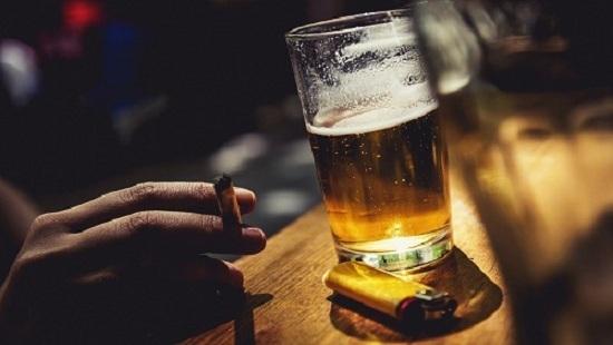 Rượu bia, thuốc lá,... - là thói quen xấu gây yếu sinh lý nam