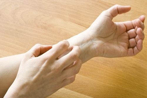 """Da ngứa ran kéo dài cũng """"tố cáo"""" triệu chứng của bệnh suy thận"""