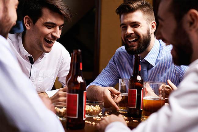 nam giới uống rượu bia