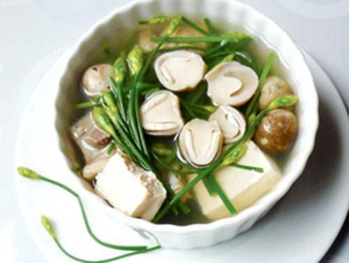 Món canh nấm rơm và đậu phụ giúp chàng khôi phục sinh lực