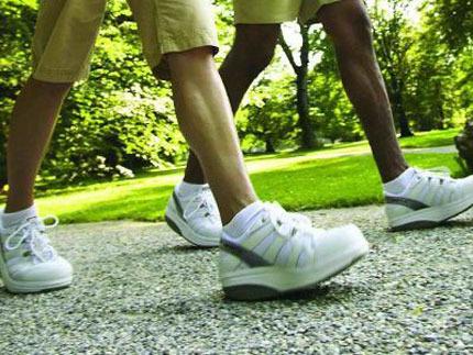 Đi bộ nhanh giúp khí huyết lưu thông tốt hơn và khả năng cương cứng cũng được cải thiện