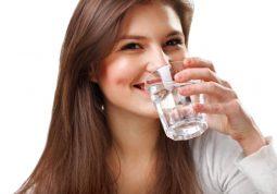 Bổ sung lượng nước phù hợp và uống đúng cách khi bị thận yếu