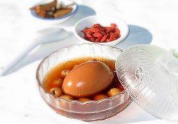 Trứng gà nấu đậu đen/đậu tương - Món ăn bài thuốc bổ thận âm cho chị em phụ nữ