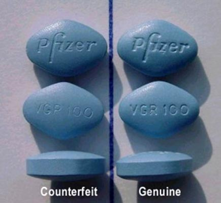 Viagra giả (bên trái) và viagra thật (bên phải)