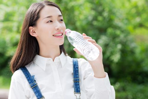Người bị suy thận được khuyên nên uống đủ nước