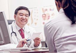 Bệnh nhân bị hội chứng thận hư cần tuân thủ phác đồ điều trị của bác sĩ và tái khám định kỳ