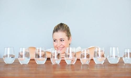 Người bị suy thận cần uống nhiều nước, song lượng nước bạn cần bổ sung cần nhờ sự tư vấn của bác sĩ