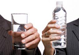 Người bị suy thận có nên uống nhiều nước không?