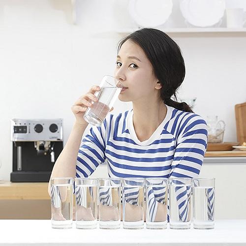 uống nhiều nước là cách tăng cường chức năng thận