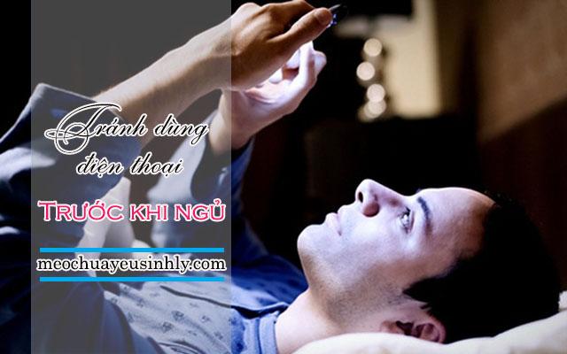 Tránh dùng điện thoại trước khi ngủ giúp khắc phục việc thức khuya để giảm yếu sinh lý